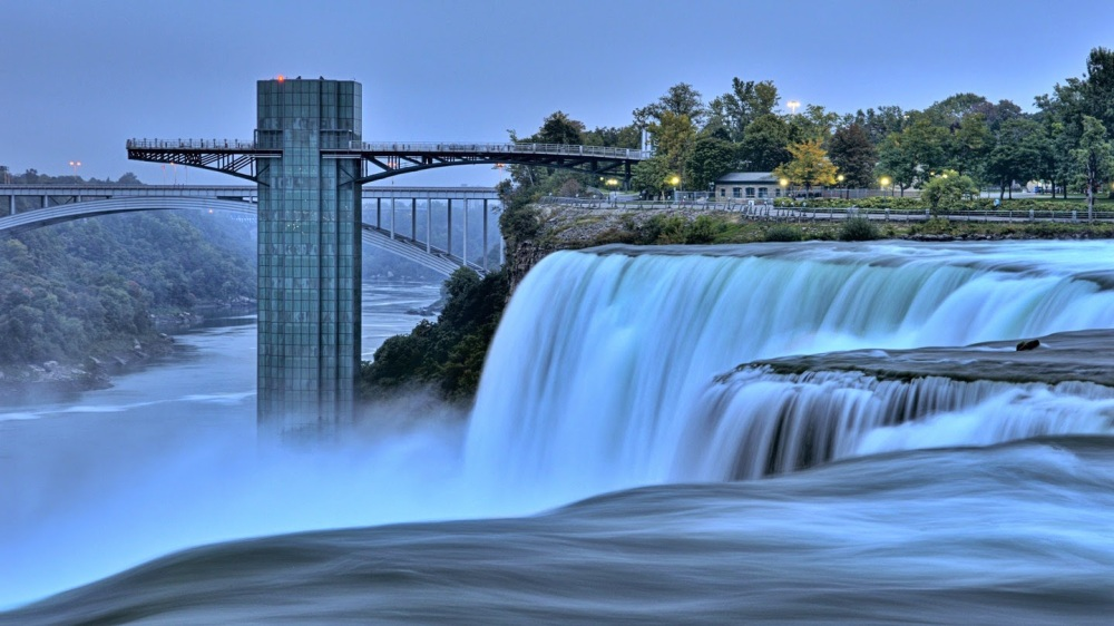 famous-niagara-falls-in-border-between-the-united-states-and-canada